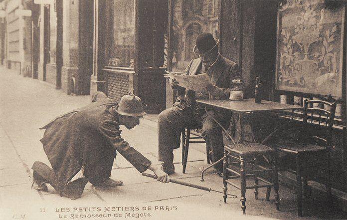 Les petits métiers du Paris d'antan Un ramasseur de mégots. Il n'y a pas de sot (petit) métier... (vieille carte postale, vers 1900)