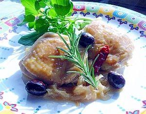 「オリーブチキン ~ローズマリー風味~」ワインやブイヨンを煮つめて作るソースは、固形スープの素でもプロの味に近づきますし、一枝のローズマリーが生き生きとしたお皿に変えてくれます。【楽天レシピ】