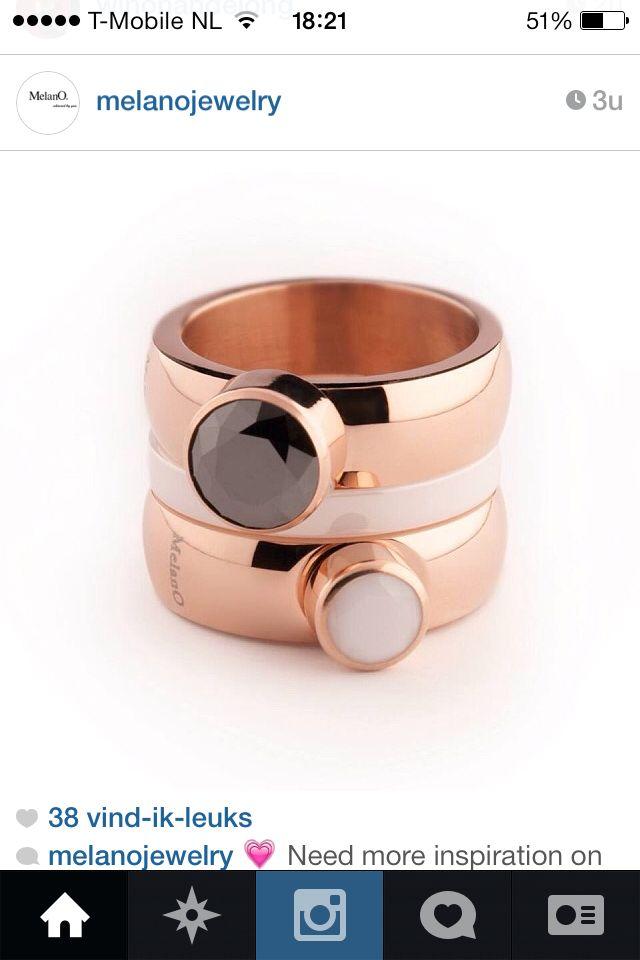2 rose kleurige twisted ringen met een witte en een zwarte steen met daartussen een wit keramische aanschuifring.