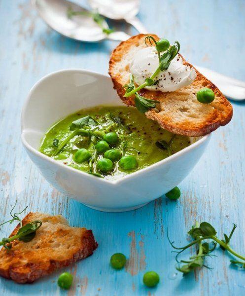 Kalte Suppen lassen sich wunderbar aus frischen oder tiefgekühlten Erbsen zubereiten. Mit Wasabi-Paste bekommt die Suppe eine frische, milde Schärfe.