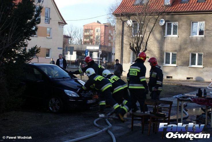 Pożar garażu. Samochód uratowany – FILM, FOTO #Oświęcim #Smoluchowskiego #pożar #ogień #straż #strażacy