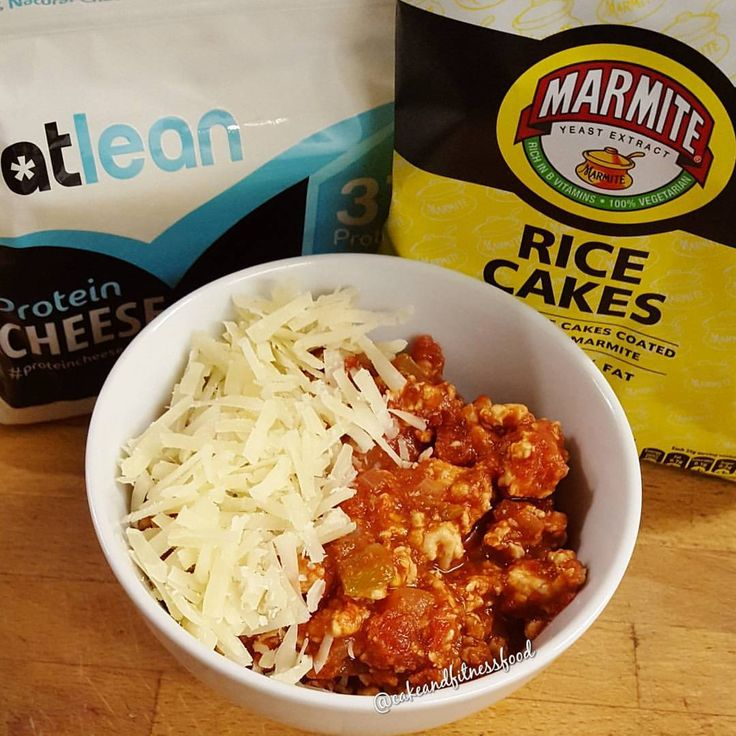 It's been way too long since I've had turkey chili 🙊 Decided to mix it up a little and have @marmite rice cakes and @eatleancheese protein cheese with it 👍 suhhhhhh good 👅👀 Just what I needed after all day baking and decorating cakes 😥