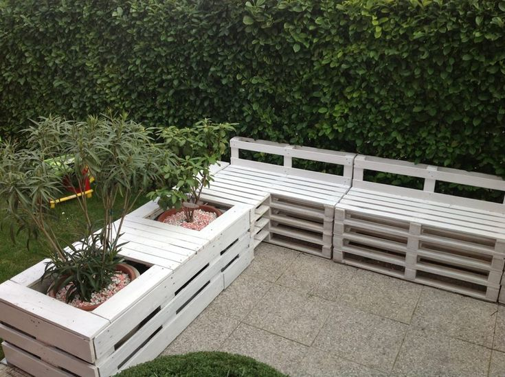 Here is a really nice project sent by a friend on facebook. Domenico made an entire corner for his garden. Of course, we love the white color of his space (painting the pallets may be the harder part of this project), and also the way he managed to integrate plants in it ! There is... #Garden, #Planter, #Sofa