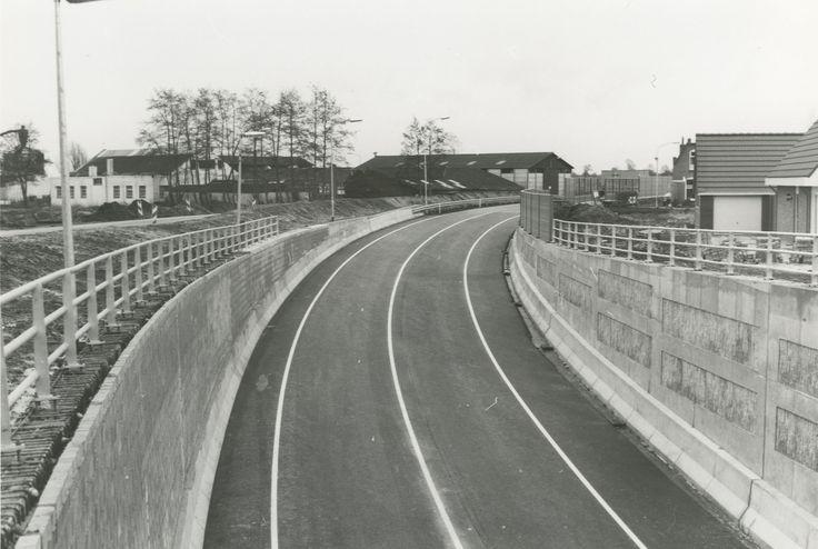 De N372 om Nietap en Leek, één dag voor de opening op 21 december 1992. De rondweg om Nietap en Leek was de eerste van 4 rondwegen die in de jaren '90 in de Kop van Drenthe werden aangelegd om Vries (1995), Peize (1998) en Roden (1998). Aan de aanleg van deze rondwegen gingen tientallen jaren discussie vooraf en kwamen uiteindelijk in de plaats van de in de jaren '60 geplande auto(snel)wegen rijksweg 6 Emmeloord - Oosterwolde - Groningen, S1 Assen - Leek - Lauwersoog en S2 Norg - Yde.