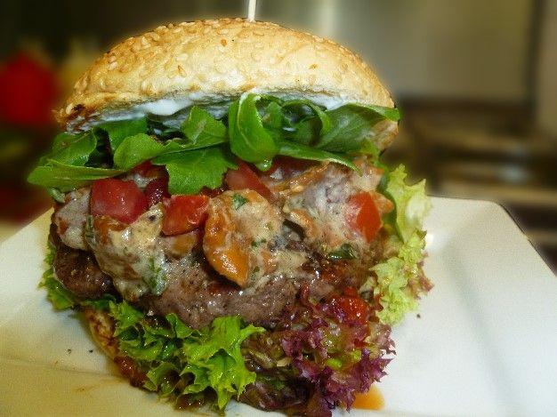Chanterelle-Pfifferling-Burger mit frischen Pfifferlingen, Creme Fraiche, Tomatenwürfel und frischen Kräutern.
