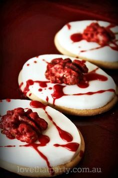 Die perfekten Kekse für die nächste Halloweenparty! Diese Cookies sind mit blutigen Gehirnen bestückt und lassen jedem das Blut in den Adern gefrieren. Dass dahinter einfach Walnüsse stecken, ist auf den ersten Blick niemandem so schnell klar. Ein absoluter Hingucker auf dem Fingerfood Buffettisch!