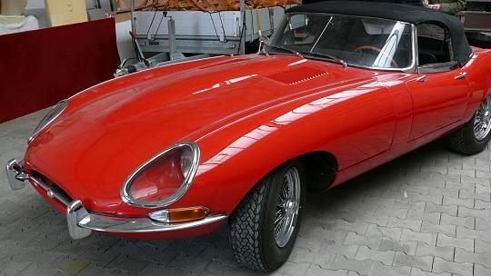 Drei gestohlene rote Jaguar hat die Polizei im April 2015 in Tüddern, Kreis Heinsberg, bei einer Durchsuchung gefunden. Zwei der Oldtimer hat die Polizei bereits ihren rechtmäßigen Besitzern zurückgeben können. Ein roter Jaguar E-Roadster der Serie I konnte bis September 2015 nicht zugeordnet werden.