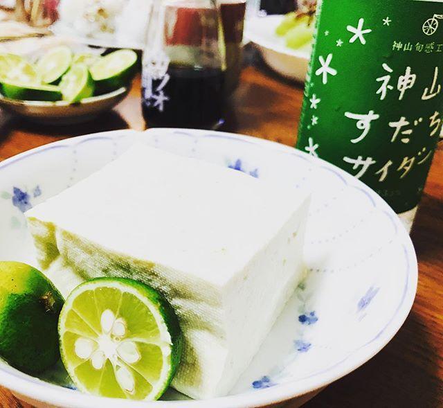 . すだち 尽くし . #え#すだち#知らんの#徳島#名産#美味しい#日本酒に合う#最高#肉#魚#ちくわ#竹輪#豆腐#とうふ#醤油で#いただく#里帰り#お土産#袋にいっぱい#配ったよ  話の中でよく#何が有名なの って聞く人いるけど 自分で調べてから喋ってくれる? 何でもかんでも#まず聞く より #まず考える ことをしろよ . なんつって♡