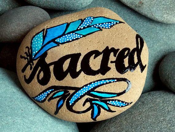roches sacrées / peints / painted pierres / Sainte / spirituelle / mer des pierres, roches / modifie / prières / esprit / plumes / turquoise