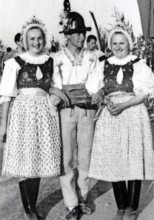 Zuzana Gajdošová (vpravo) chodievala v kroji aj za mladi.
