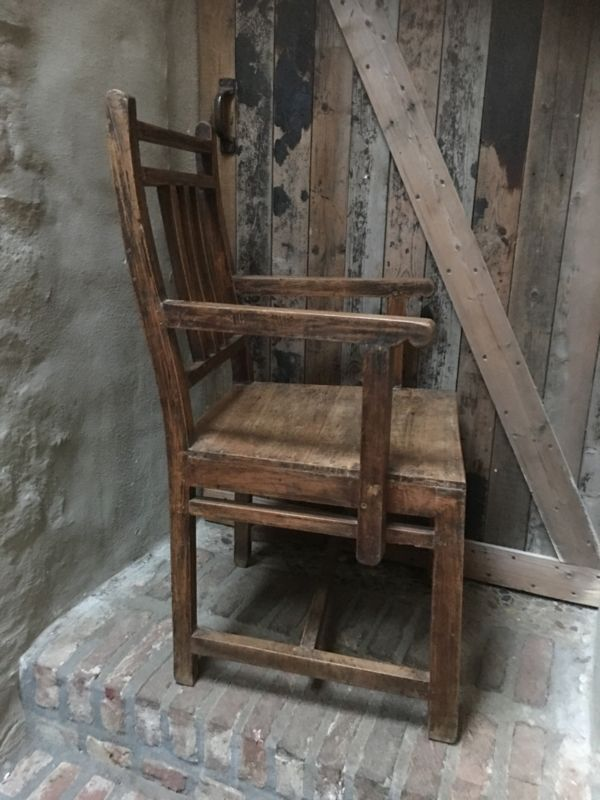 Oude houten stoel stoelen fauteuil fauteuils met armleuning  landelijk sober nostalgisch boerenstoelen boerenstoeltjes