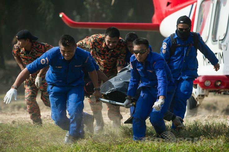 マレーシア・バンティン(Banting)の近くで、沈没事故の犠牲者の遺体を運ぶマレーシアの救難チーム(2014年6月19日撮影)。(c)AFP/MOHD RASFAN ▼20Jun2014AFP|マレーシアで海難事故2件、死者多数 違法出稼ぎ労働者が乗船か http://www.afpbb.com/articles/-/3018269 #Banting