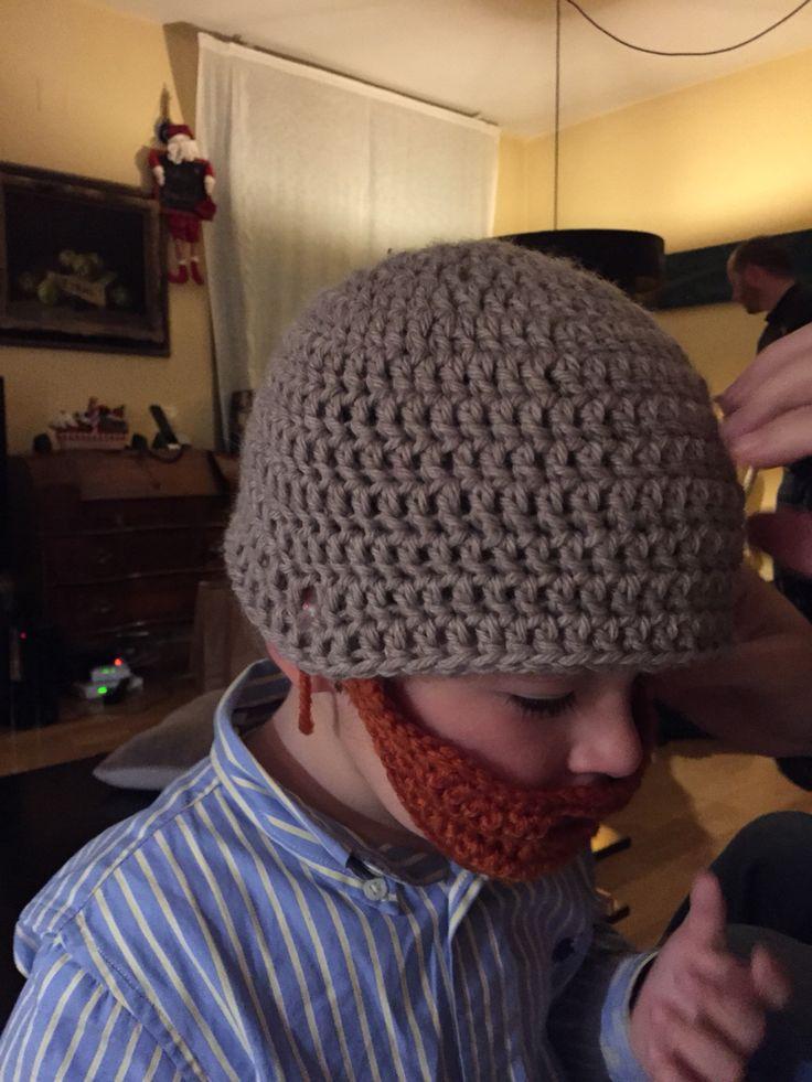 Gorrito a crochet con barba abotonada
