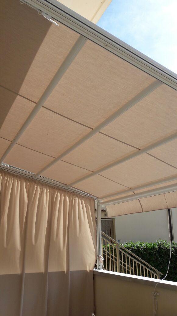tenda a capanno con chiusura laterale con tenda arricciata