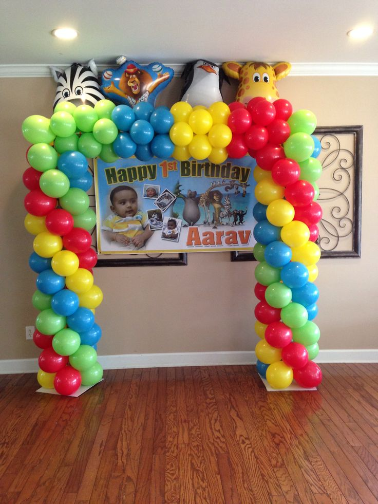 Squared balloon arch Madagascar theme Spiral meets