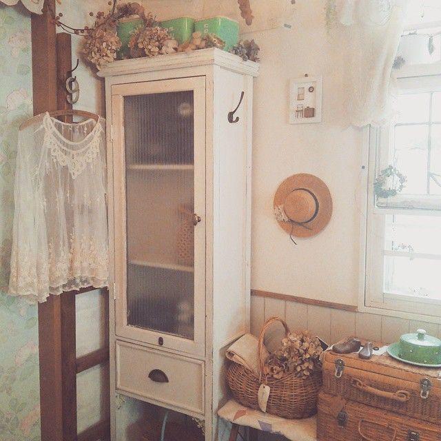 完成したキャビネット.•*¨*•.¸¸♬ コチラに移動しましていろいろ収納しました~(๑•̀ㅂ•́)و✧  ここはラダーを2つ繋げてあるのを置いていて次女の幼稚園リュックやらカバンやらを掛けてました✨  小さな引き出し家具もあってその中に幼稚園の制服やタオル等をギュウギュウに入れていて。。。(*_*) ゴチャゴチャ感もあったし隠したい気持ちもあったのでこのキャビネットを作りたいと思ったのでした。。。(o´罒`o)♡ 扉の中には幼稚園リュックや制服を引き出しにはタオル等を収納!  それでもかなり余る位です 引き出しを作るのは苦手だけどやっぱりあった方が断然良いですね  #diy#diy女子#家具作り#手作り家具#ハンドメイド家具#handmade #木工#木工家具#キャビネット #ナチュラルインテリア#ナチュラルアンティーク#インテリア