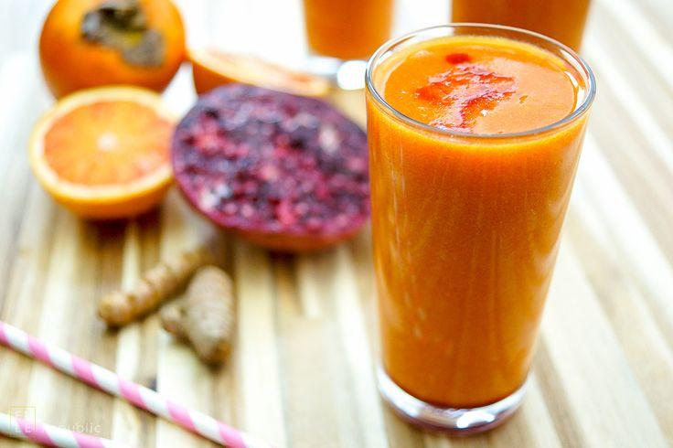 Der Super C Smoothie mit Kaki und Zitrusfrüchten ist die Vitamin-Bombe für schlappe Tage. Denn es finden sich viele Früchte und Kräuter darin. Zum Beispiel Grapefruit, Blutorange, Zitrone, Granatap…