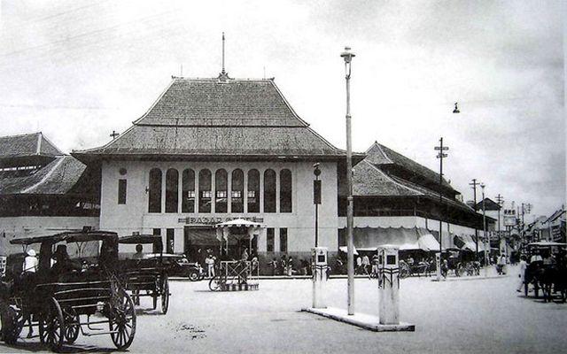"""Pasar gede hardjonagoro pada tahun 1935..bahkan tugu jam """"the big ben"""" aja belon dibikin..masih berupa pos keamanan..     Gladak     De So..."""