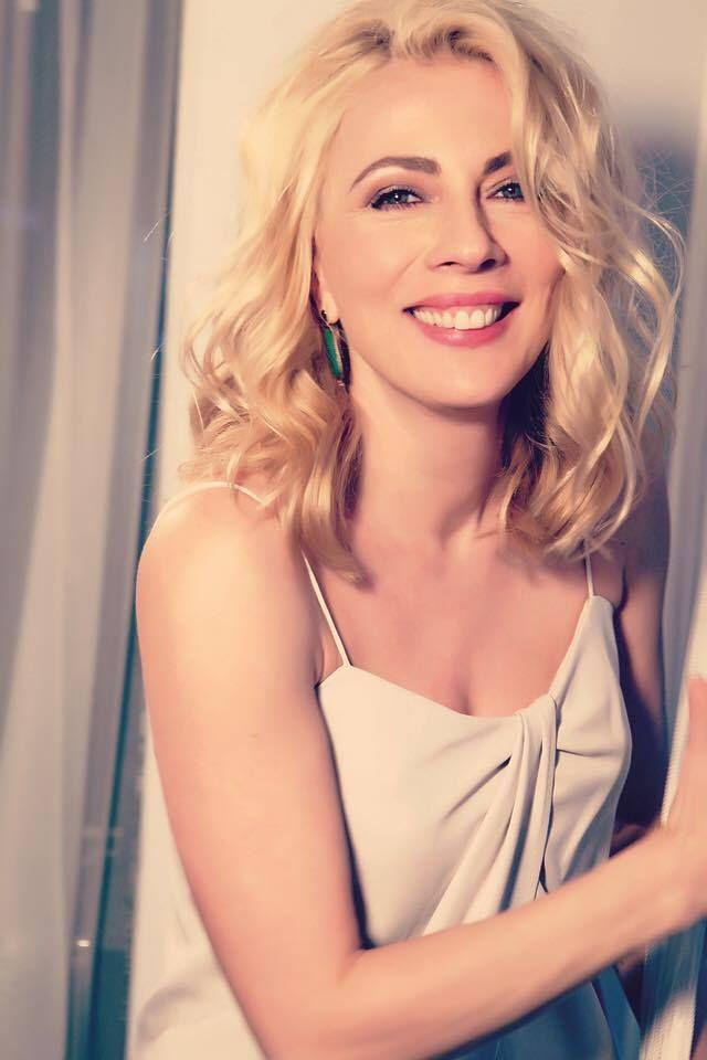 Η Σμαράγδα Καρύδη, μπορεί να άλλαξε χρώμα στα μαλλιά της, επιμένει όμως στην Ιris. H φωτογραφία είναι από συνέντευξή της στο περιοδικό Omikron της Κύπρου.