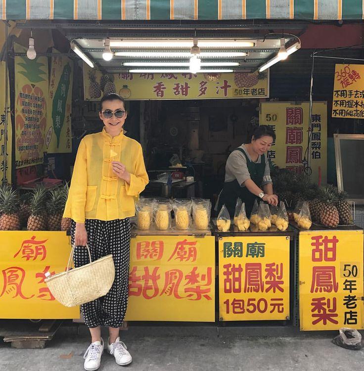 """ถูกใจ 2,843 คน, ความคิดเห็น 13 รายการ - 桐島かれん (@houseoflotuskaren) บน Instagram: """"朝ごはんは市場にて。まずは、新鮮なパイナップル。黄色のチャイナブラウスとギンガムのパンツ、共にハウスオブロータス。#Taipei #市場 #台湾 #ハウスオブロータス"""""""