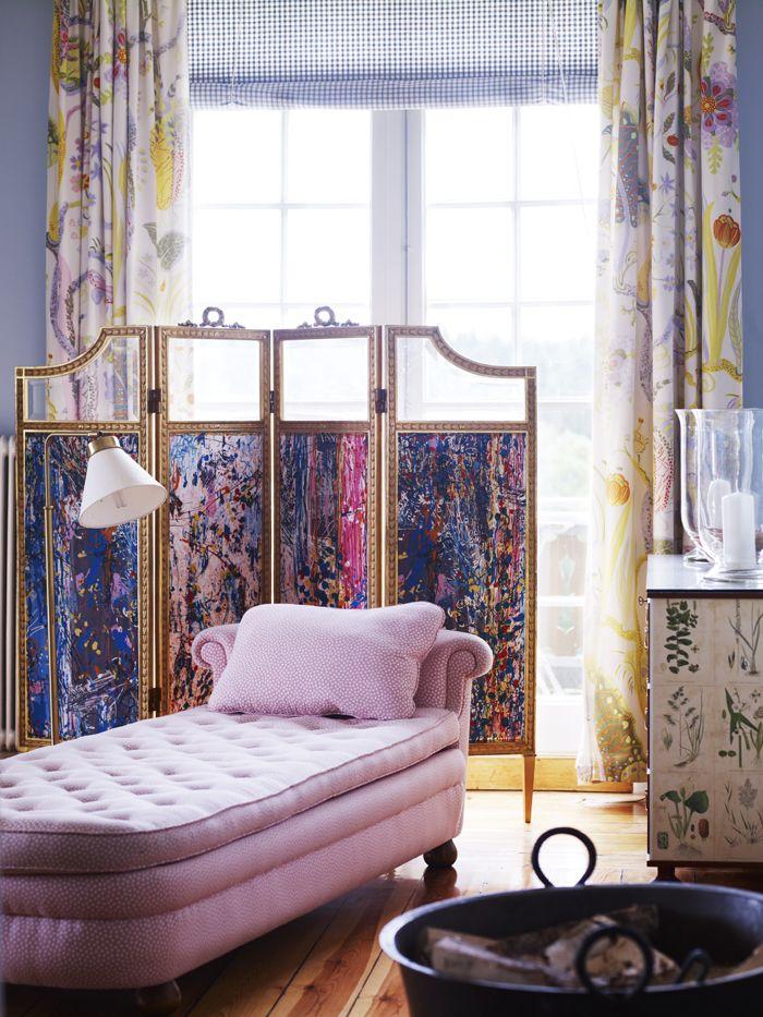 Rosa schäslong, dekorativ vikvägg, blommiga gardinlängder och rutig hissgardin. Inspirationskälla: Sköna hem