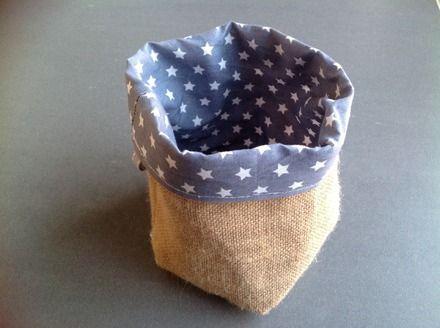 Cette paniere est réalisée en toile de jute et en tissu coton bleu et étoiles blanches. Base à fond carré . Elle est reversible. Pour une décoration de chambre, de salle de  - 11182195