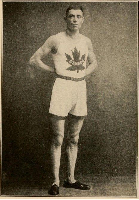 Le 19 avril 1915, il y a 100 ans, Édouard Fabre devient le premier Québécois à remporter le prestigieux marathon de Boston. Né le 21 août 1888 à Saint-Henri (Montréal), Édouard Fabre remporte au cours de sa carrière de nombreuses compétitions de course à pied et en raquettes au Québec, en Ontario et aux États-Unis. ©American Sports Publishing Company #Cestmonhistoire #RPCQ