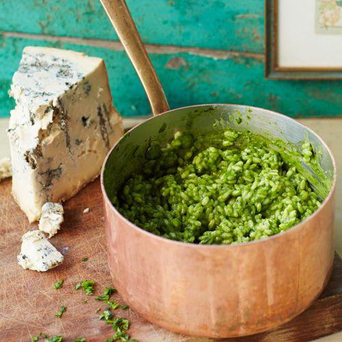 Als er één ultiem comfortfoodgerecht is, dan is het wel risotto. Je combineert 't in dit recept met spinazie en goddelijke gorgonzola. Als dat geen genieten wordt...    1 Zet een grote pan op het vuur om de bouillon in te verhitten. Houd die...