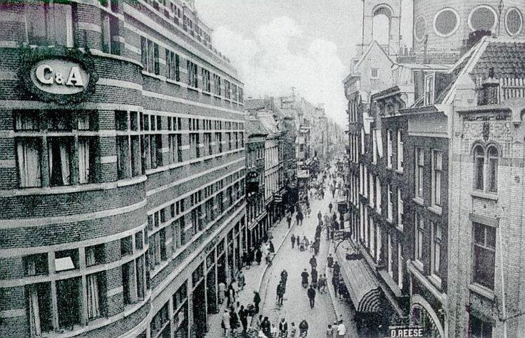 De Hoogstraat gezien vanaf de eerste verdieping van de Hema in 1935. Links zien we de C, rechts een proeflokaal van Dirk Reese. Verderop rechts zien we de Heilige Dominicuskerk, beter bekend als Steigerkerk, met z'n achtkantige koepel. De fotograaf is onbekend, maar de foto komt van dekunstclub.nl.
