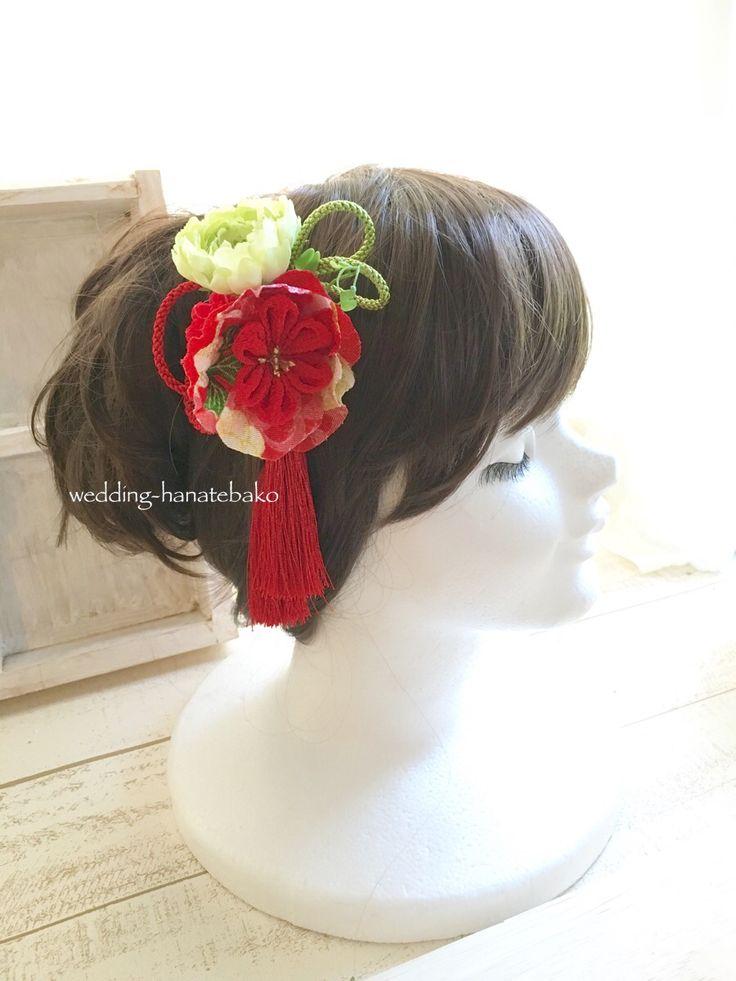 黒引き振袖用の髪飾り。 右サイドは、着物生地で作ったお花がポイント。歩くと揺れる房飾り。