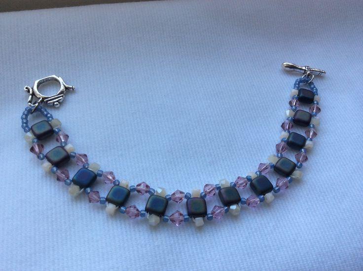 Brăţară delicată, din mărgele ceheşti pătrate Tile, cristale biconice roz şi alb sidefat, mărgele azurii Toho, închizătoare Toggle argintiu antichizat, în formă de ceainic. bijuterii.micky@gmail.com