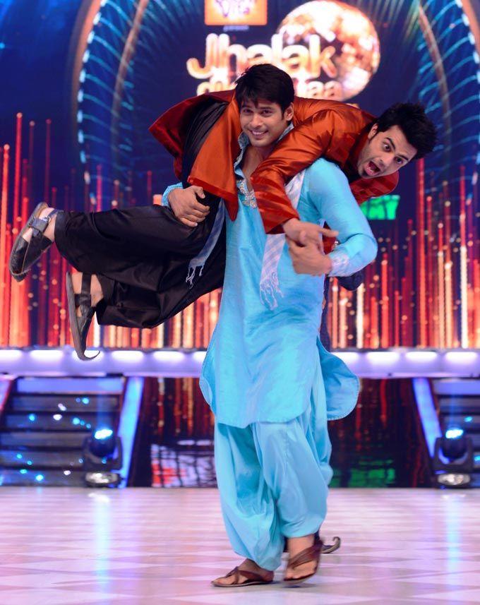 Siddharth Shukla plays along with Manish Paul on 'Jhalak Dikhhla Jaa'. #Bollywood #Fashion