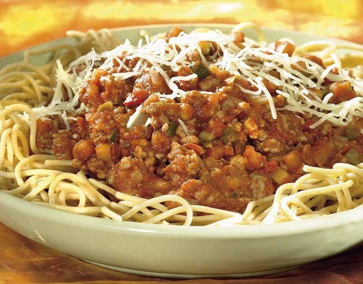 500 g filet americain natuur (beenhouwerij) 500 g mediterrane groentemix (diepvries) 700 g passata (gezeefde tomaten) 1 ui 1 teentje knoflook 100 g geraspte lightkaas 1 eetl. olijfolie 1 eetl. balsamicoazijn 1 koffiel. oregano (gedroogd) peper en zout 320 g volkorenspaghetti