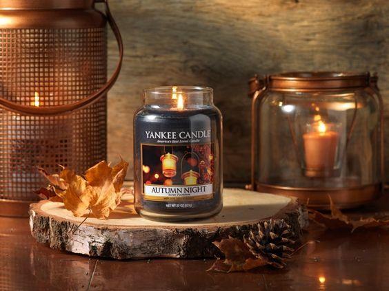 Autumn Night  Likt en inbjudande höstkväll blandas en frisk jordig doft med lavendel och träiga noter.  Ingår i höstens nya doftserie Harvest Time.  #YankeeCandle #HarvestTime #AutumnNight #Höst2015