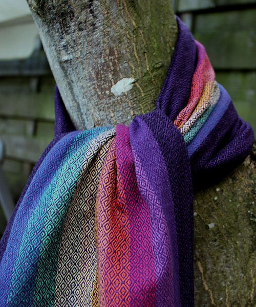 Onze populaire eigenzinnige regenboogdoek Rosalyn nu in double diamond weave! Het aantal doeken per weefkleur is beperkt, Op = Op!  Girasol draagdoeken zijn kleurrijke draagdoeken die veelzijdig en prettig in gebruik zijn. Deze draagdoeken worden met de hand geweven in de hooglanden van Guatamala. Handgeweven draagdoeken kunnenkleine knoopjes, losse draadjes of onregelmatigheden bevatten.Dit heeft geen effect op de draagkracht of veiligheid van de draagdoek, je kunt 'm dus veilig…