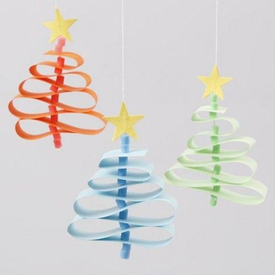 Kerstbomen gemaakt van papieren vlechtstroken met een Nabbi kralen stam