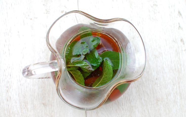 Ovvero, un ottimo tè freddo fatto in casa! Arricchito con scorza di agrumi e qualche erba del giardino a vostra scelta.