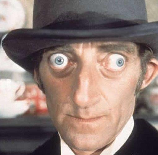 Este es una de los casos más terribles. Marty Feldman (1934 - 1982) fue un escritor Inglés, comediante y actor ganador de premios BAFTA, que destaca por sus ojos saltones, Escribió comedias de situación como El juego del Ejército, Bootsie y Snudge para la BBC y posteriormente tuvo una serie propia en la BBC llamado Marty. También apareció en La aventura de Sherlock Holmes.