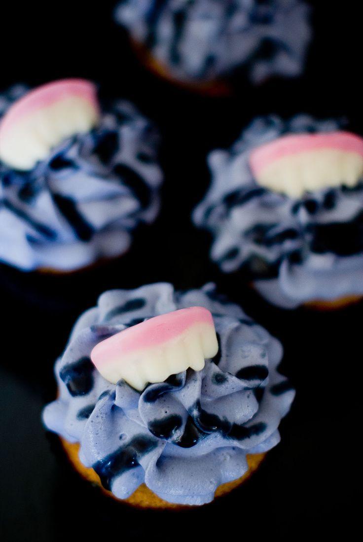 Alors, prêts pour fêter dignement Halloween ? Si ce n'est pas le cas, je vous présente cette petite recette de cupcakes délicieusement «mordante»… Les cupcakes Dracula! Je l'ai baptisée ainsi à cause de ces délicieux bonbons en forme de crocs de vampire utilisés dans la base des cupcakes (et en déco sur le dessus). Ces dents de vampiresproviennent de la gourmande Confizbox d'Octobre ayant pour thème Halloween. Pour info, il s'agit d'une box remplie de confiseries à laquelle on peut…