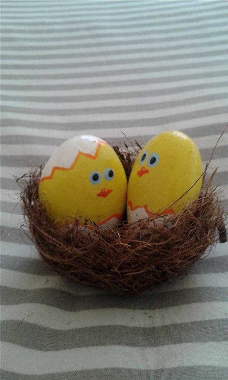 Pebble Easter chicks in nest
