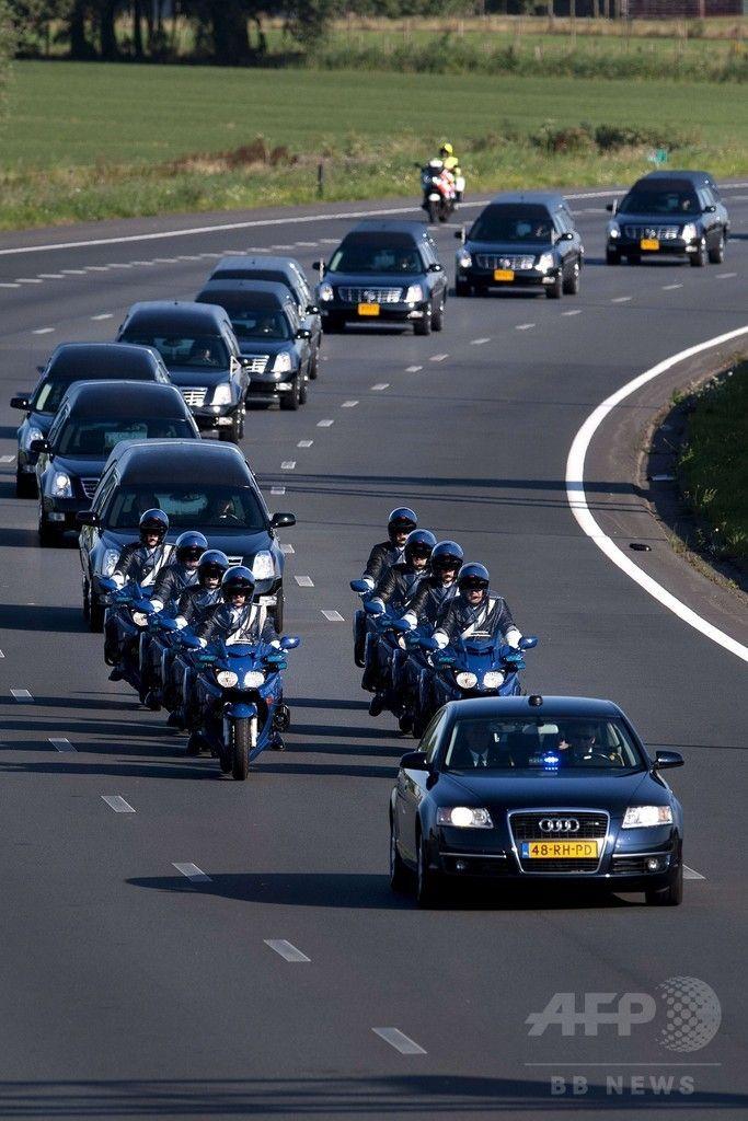 オランダ南部のアイントホーフェン(Eindhoven)空港からヒルベルスム(Hilversum)に向けマレーシア航空(Malaysia Airlines)MH17便の搭乗者らの遺体を運ぶ車列(2014年7月23日撮影)。(c)AFP/ANP/OLAF KRAAK ▼24Jul2014AFP|マレーシア機搭乗者の遺体、オランダに到着 http://www.afpbb.com/articles/-/3021310 #MH17