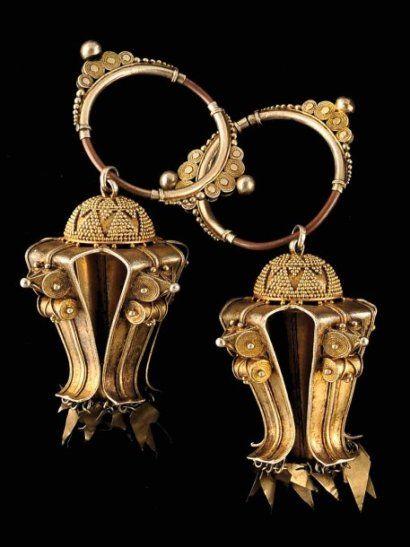 Paire de boucles d'oreilles. Deux larges anneaux à fermeture coulissante, ornée de volutes et de granulations d'argent, portent deux lourdes breloques en forme de méduse. Elles constituent avec le collier et le bracelet du lot suivant l'essentiel de la parure Karo Batak. Argent doré Indonésie, Sumatra, Karo Batak