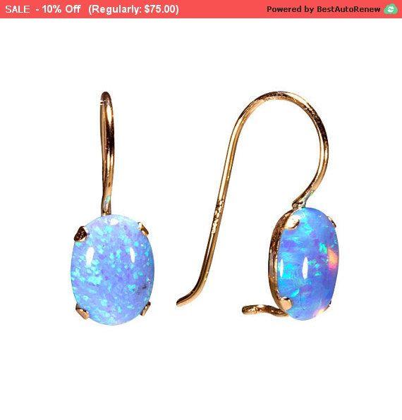 BESONDERE VON TÜR ZU TÜR VERSANDKOSTENFREI!  ♥ Das sind ein paar schöne elliptische Opal Ohrringe, 14 k gelb Gold gemacht.  Größe der Steine: Länge - 8mm Breite - 6mm  klassische Ohrringe mit Lab blauen Opal Edelstein, perfekt für jeden Tag und Allso für den wundervollen Abend-Blick.   kommen in einem schönen Schmuck-Geschenk-Box.  Sagen Sie uns  erstaunlich, auch als Geschenk für HER - wenn Sie es als Geschenk versenden möchten.  weitere 14k Opal Ohrringe finden Sie hier: https://www.ets...