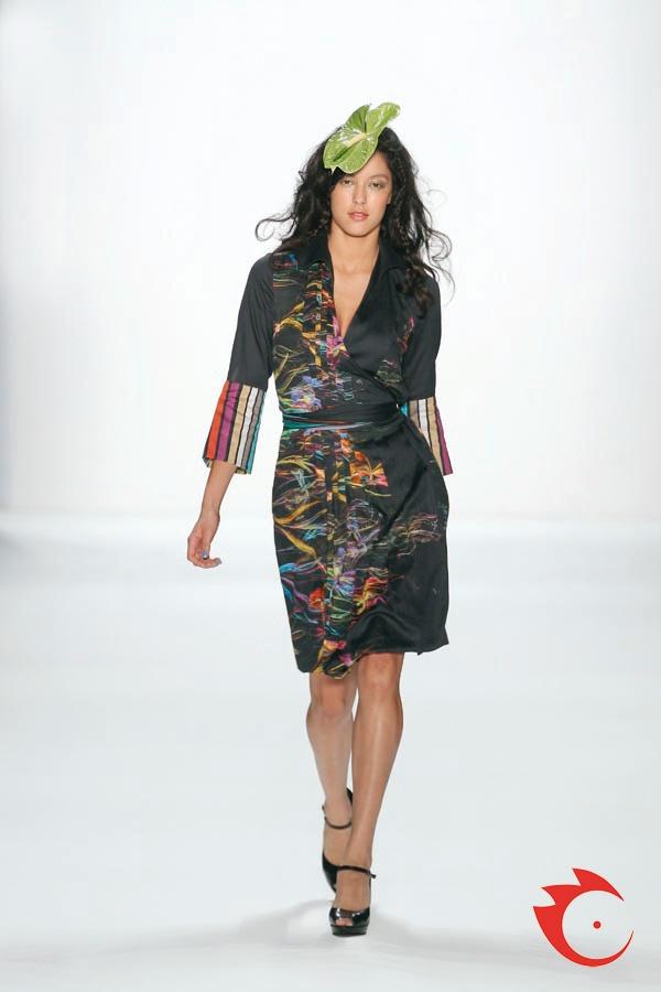 Anja Gockel - schwarzes Wickelkleid mit coolem Printmix.