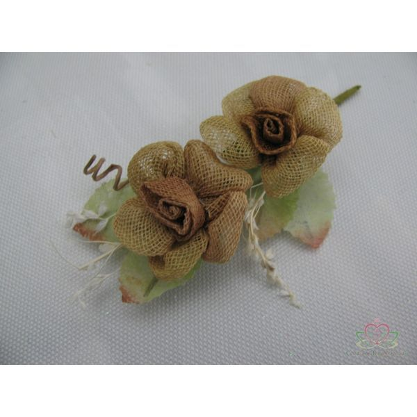 Kleine corsage van jute bloemen, let op op de foto s een dubbele= bruidegomcorsage gemaakt. Door 2 corsages samen te voegen