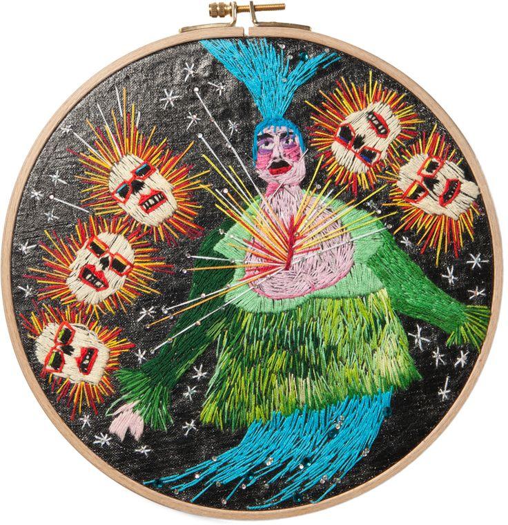 Suvi Aarnio: Leigh, 2011. Käsinkirjonta puuvillalangalla kankaalle, ∅ 23 cm, 240 €. Teos on tribuutti performanssitaiteilija, poptähti ja muotisuunnittelija Leigh Bowerylle.