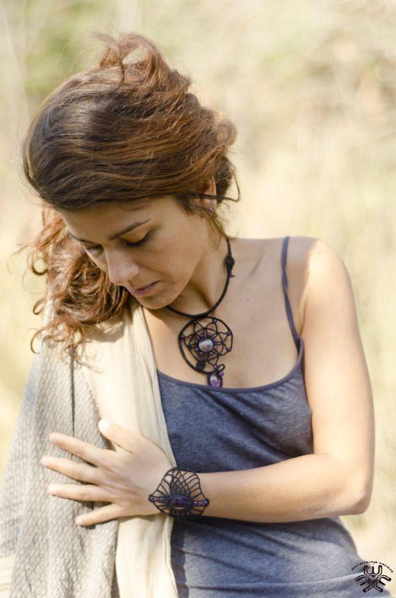 Stammes-geometrische Halskette Inanna (Sumer) Göttin des Krieges und der Liebe. Beschützer der Stadt. Natürliche Amethyst Stein Amethyst Perlen Mikro Macrame Suchen Sie nach Meldung Farbe und Stein. Verschiedene Farben des Threads und Stein.