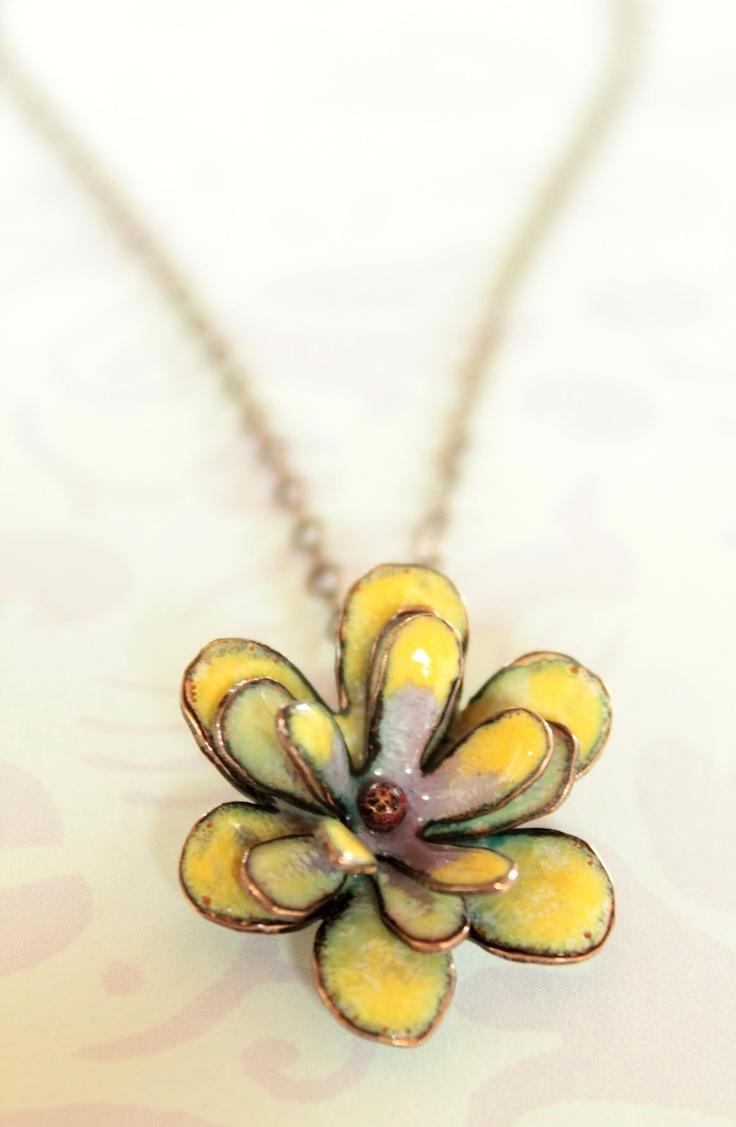 Emalje behøver ikke kun være fladt. Et sådant smykke til elever i de størrere klasser sagtens kunne fremstille. Lad dem Evt. Lave forskellig blomster blade i karton først for at eksperimentere med formen.