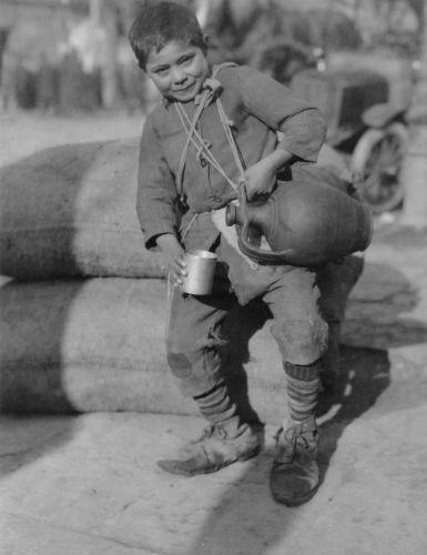 Νεαρός νερουλάς σε δρόμο της Θεσσαλονίκης τον Δεκέμβριο του 1918. (πηγή: Αμερικάνικός Ερυθρός Σταυρός)