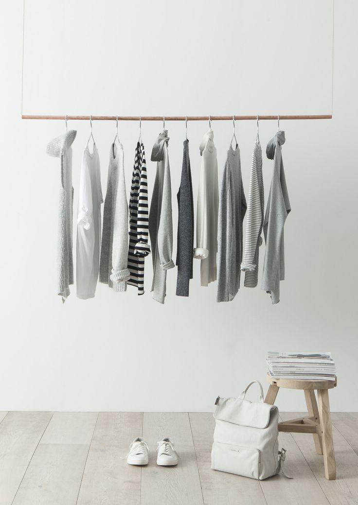 Penderie minimaliste avec des vétements basics